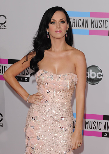 Katy Perry posa para 'Harper's Bazaar' con 150 cristales de Swarovski rojo pasión en los labios