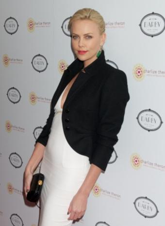 Charlize Theron vuelve a dar muestras de su faceta ´más solidaria