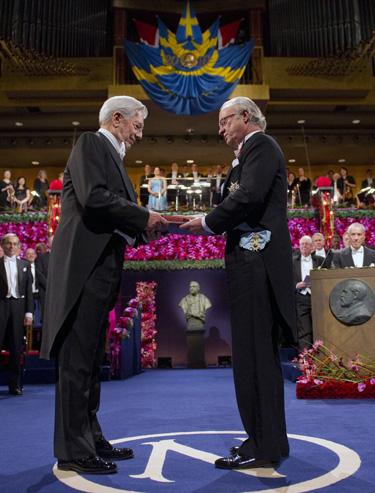 Mario Vargas Llosa recibe el Premio Nobel de la Literatura 2010