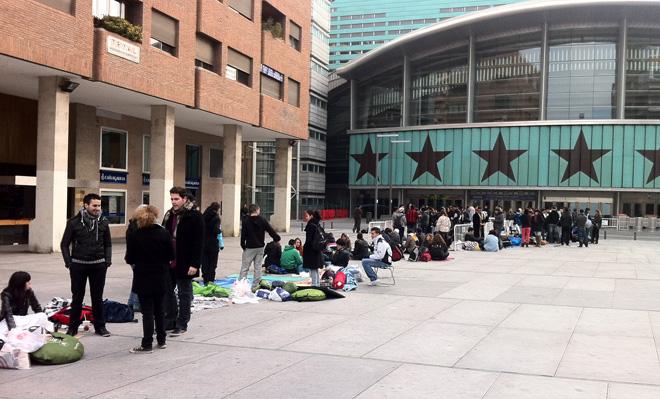 Fans hacen cola para coger el mejor sitio en el concierto de Lady Gaga en Madrid