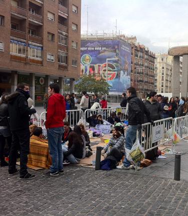 Fans haciendo cola para ver el concierto de Lady Gaga en Madrid