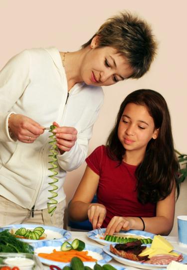 Madre con su hija adolescente preparando la comida de Navidad
