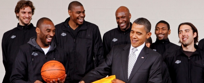 Barack Obama posa con los Lakers, campeones de la NBA