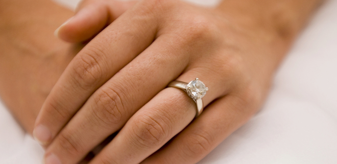 Una novia luciendo su anillo de compromiso