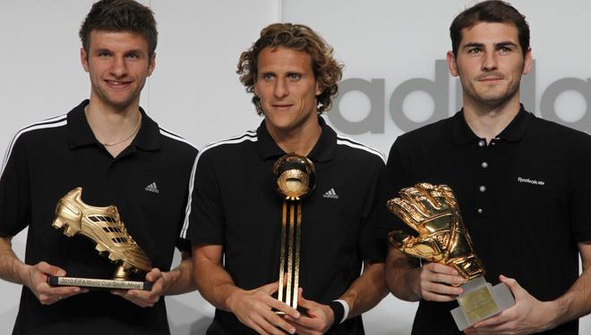 Thomas Müller, Diego Forlán e Iker Casillas recogen sus galardones como Bota de Oro, Balón de Oro y Guante de Oro