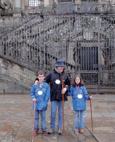 La Infanta Elena felicita la Navidad junto a sus hijos Felipe Juan Froilán y Victoria Federica desde la Catedral de Santiago de Compostela