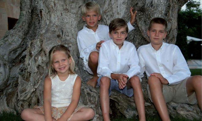 Iñaki Urdangarín y la Infanta Cristina felicitan la Navidad 2010 con una foto de sus hijos Juan, Miguel, Pablo e Irene