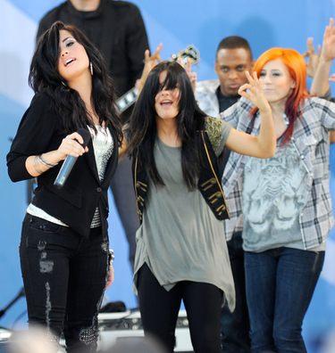 Demi Lovato durante uno de los conciertos con la bailarina a la que pegó
