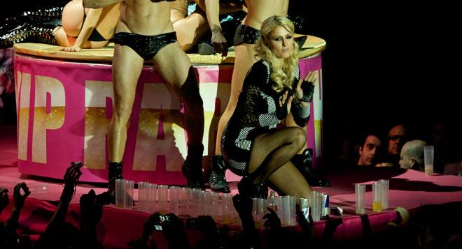 Paris Hilton despliega todo su glamour disfrutando de la noche madrileña en Fabrik