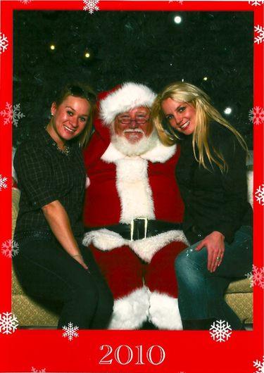 Britney Spears felicita la Navidad 2010 posando junto a Papá Noel y su asistenta