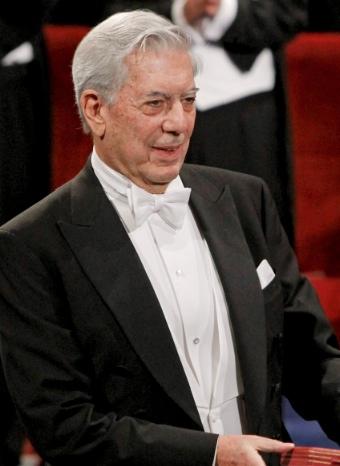 Mario Vargas Llosa recogiendo el Nobel en Estocolmo