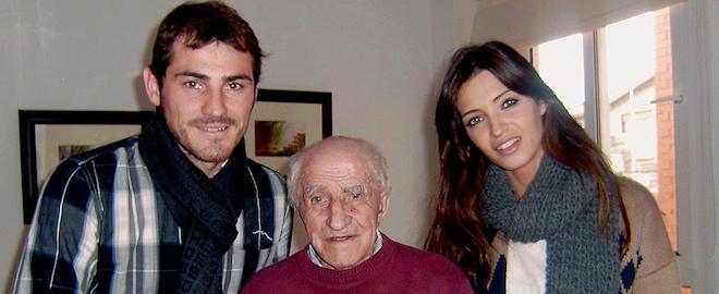Casillas y Carbonero posan con el abuelo del portero