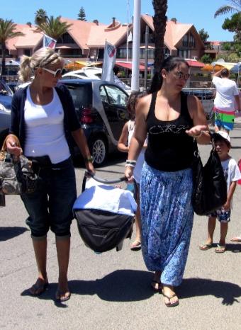 La hermana y la madre de Cristiano paseando albebé