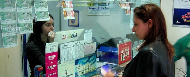 gente comprando loteria