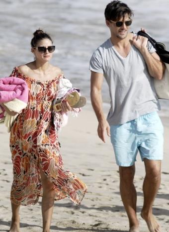 Olivia Palermo y Johannes Huebl pasean por la playa