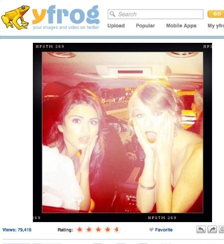 Selena y Taylor en el coche de camino a la fiesta