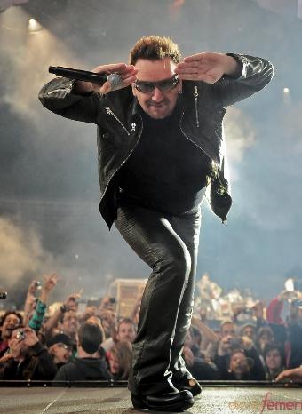 Bono, de U2 en uno de sus conciertos