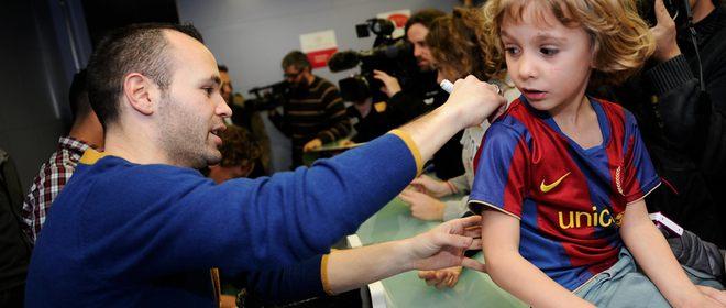 Andrés Iniesta visita un hospital infantil antes de conocer si es Balón de Oro 2010