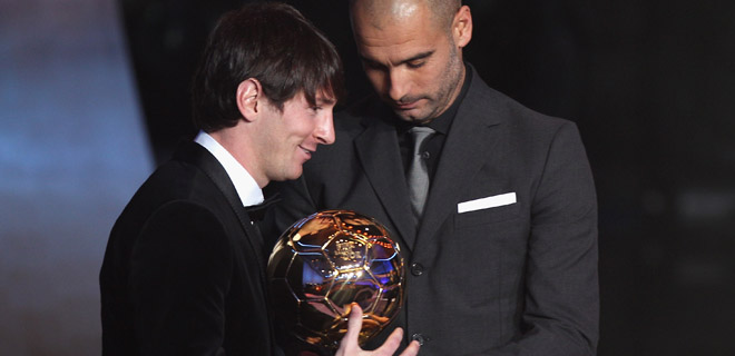 Guardiola entrega el FIFA Balón de Oro 2011 a Leo Messi
