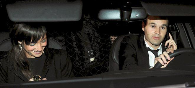 Andrés Iniesta y su novia Ana Ortiz vuelven sin el FIFA Balón de Oro 2010 a Barcelona
