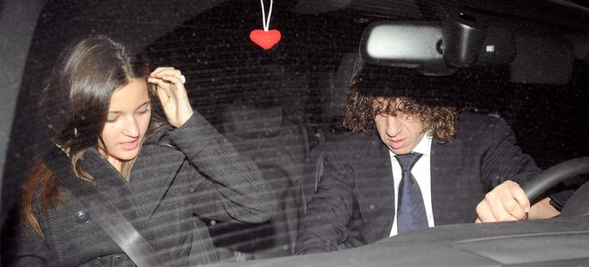Carles Puyol y Malena Costa regresan a Barcelona después de la gala FIFA Balón de Oro 2010