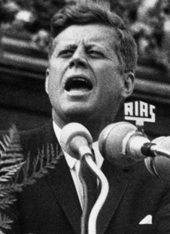 John F. Kennedy durante una acto político