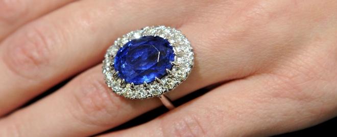 El anillo está cmpuesto de un zafiro azul rodeado de diamantes