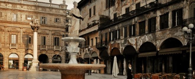 La plaza Erbe, una de las más emblemáticas de Verona