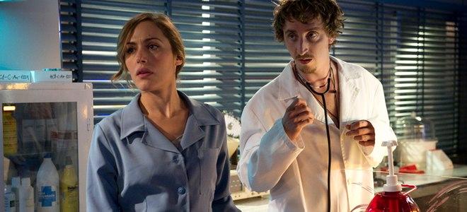 Irene Montalà e Iván Massagué en una escena del primer capítulo de 'El Barco'