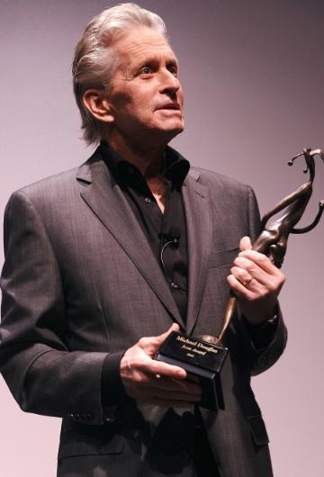 Michael Douglas con el premio Icon entre las manos