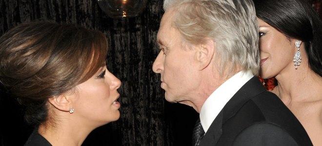 Michael Douglas charla con Eva Longoria en una de las fiestas posteriores a los Globos de Oro 2011