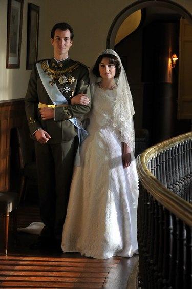 Antena 3 recrea el noviazgo y la boda de los Reyes de España en 'Sofía' con Nadia de Santiago y Jorge Suquet