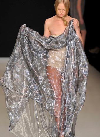 Modelo que tropieza con su vestido