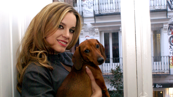 Carolina posa con su perro Felipe. Foto: Alexandra H. Gail