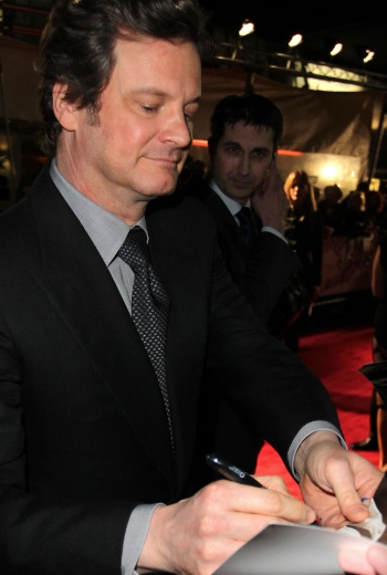 Cloin firth firmando autografos