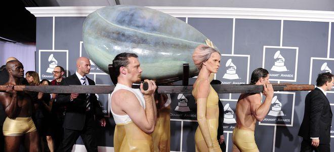 Grammy 2011: Lady Gaga huye de las críticas por 'Born this way' metida en un huevo