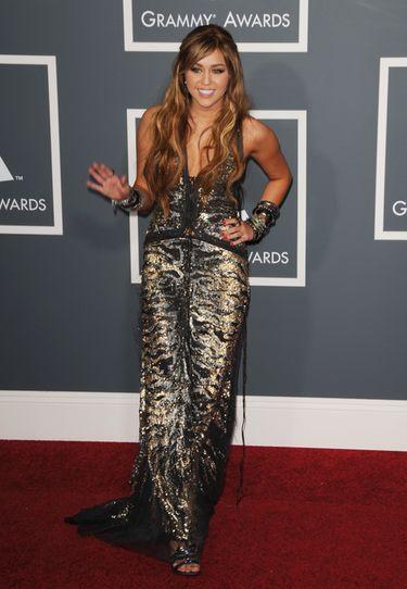 Miley Cyrus en la alfombra roja de los Grammy 2011