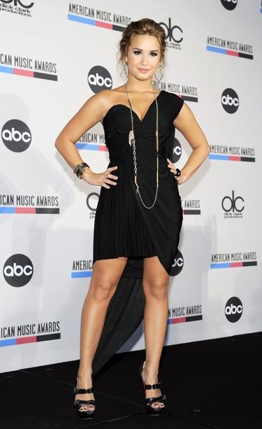 Demi Lovato celebra su rehabilitación bebiendo alcohol y estrenando novio