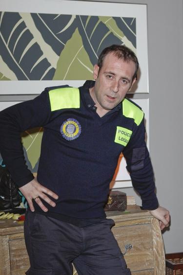Antonio Molero posa con su traje de policía