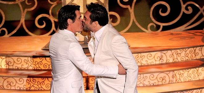 Javier Bardem besa a Josh Brolin en presencia de Penélope Cruz en los Oscar 2011