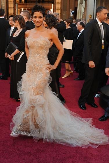 Halle Berry en la alfombra roja de los Oscars 2011