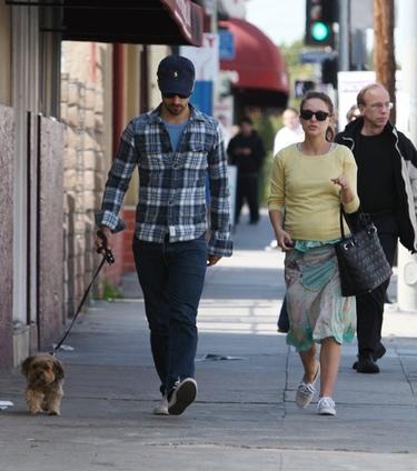 Natalie Portman celebra su Oscar 2011 a 'Mejor actriz' dando un romántico paseo