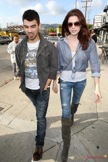 Ashley Greene y Joe Jonas pasean por Beverly Hills