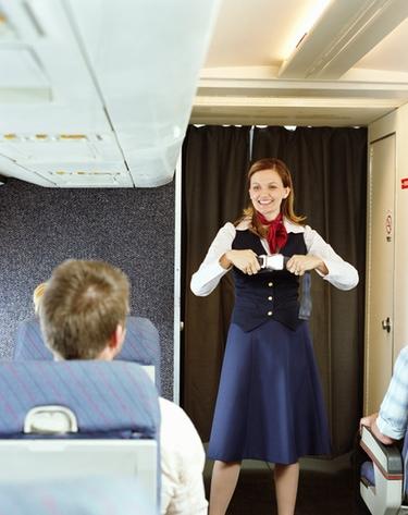 Air Nostrum desmiente haber acortado la falda de sus azafatas