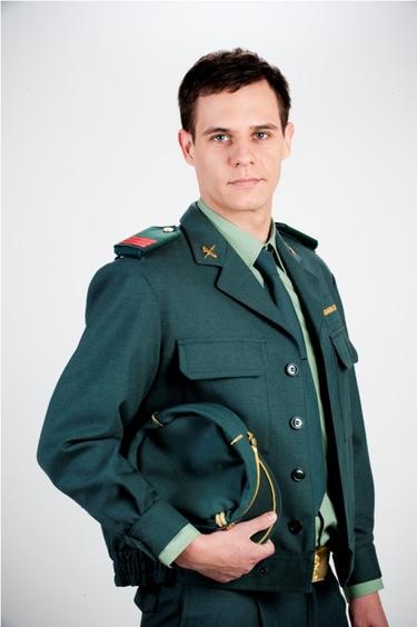 Christian Gálvez vestido de guardia civil para su papel en 'Ni pies ni cabeza'