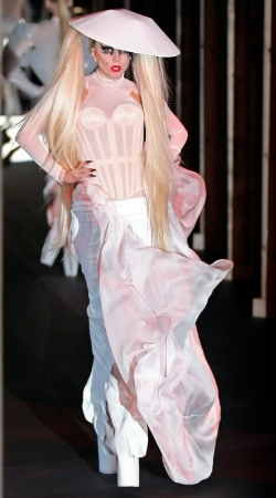 Lady Gaga sobre la pasarela
