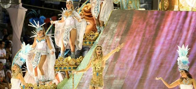 Gisele Bundchen y Pamela Anderson, a ritmo de samba en los Carnavales de Río de Janeiro