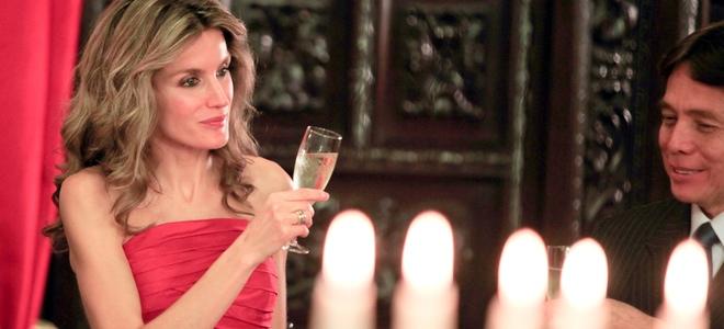 Letizia Ortiz con un elegante vestido rojo de palabra de honor