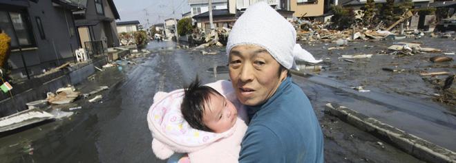 Padre y bebe en el terremoto tsunami desastre nuclear japón
