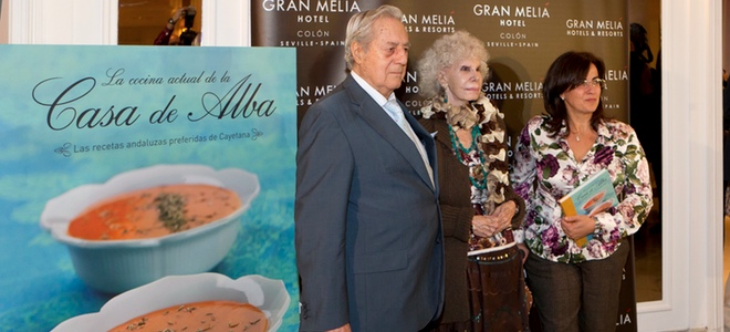La Duquesa de Alba comparte sus recetas sobre cocina andaluza en un libro